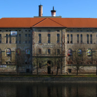 Jaro 2006, sladovna má již novou střechu, fasády na opravu ještě čekají.