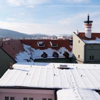 Střechu hvozdu doplnil ještě třetí komín z plynové kotelny.