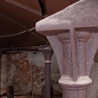 Detail litinové hlavice podpěrného sloupu.