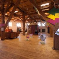 Vysoké trámy s interaktivní výstavou pro děti.