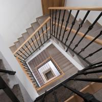 Pohled z předposledního patra schodiště.