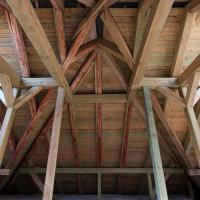 Středová konstrukce krovu, velmi dobře je vidět, které trámy byly nahrazeny.