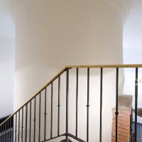 Nově vytvořený průchod se schodištěm mezi místnostmi s topeništi.