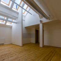 Podkrovní kancelářské prostory.