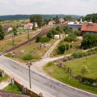 Výhled na železniční stanici Ražice, vpravo původní výtopna, kde dříve bývala i točna.