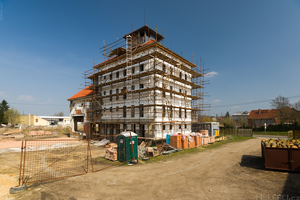 Probíhá rekonstrukce fasády
