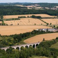 """Viadukt v malebné srpnové krajině kolem """"Milíska"""""""