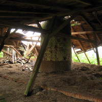 Celkový pohled na destruktivní účinky pádu hnízda.