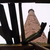 Průhled střechou na poctivý dřík komína. Povrchově mírně zkronchtuovaný, ale jinak stabilní a pevný.