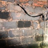 V dolní části komína je železná výstroj poněkud poznamenána zubem času a spalin