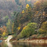 Konec silnice zprudka klesající od Louky k bývalému přívozu.