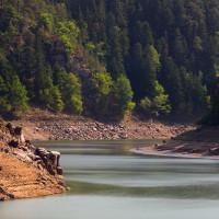 Kaňon Otavy pohledem ze soutokové skalky. Stráně se skálami a šumicími bory patří do rezervace Krkavčina.