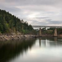 Na úrovni Červené je voda již poměrně vysoko i přes velký pokles hladiny. Dobře je tak vidět obezdnění původních pilířů viaduktu.