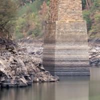 Mohutný pilíř, jehož šířka je v úrovni běžné hladiny přes 10 metrů.
